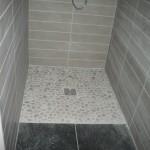 Douche à l'italienne avec sol en galet